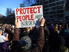 Demonstranten in mehreren Städten Australiens forderten die Regierung auf, Flüchtlinge aus den Internierungslagern auf Pazifikinseln nach Australien zu holen. (Bild: KEYSTONE/EPA AAP/JAMES ROSS)