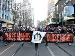 Bei der Kundgebung im Geschäftsviertel von Melbourne forderten die Demonstranten die Schliessung der Internierungslager für Flüchtlinge auf den Pazifikinseln Manus und Nauru. (Bild: KEYSTONE/EPA AAP/JAMES ROSS)