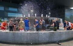 Die Luzerner Pfadi Schirmerturm beim spritzigen Lagerabschluss im Wagenbachbrunnen. Nach Jahren nicht mehr oben in der Schale – aber Spass macht es trotzdem. (Bild: Robert Bachmann, 20. Juli 2019)