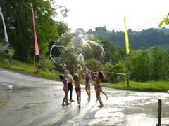 Die Mädchen trotzen der Hitze mit kreativen Wasserspielen. (Bild: Reitferiencamp mit Maultieren, Willisau, 21. Juli 2019)