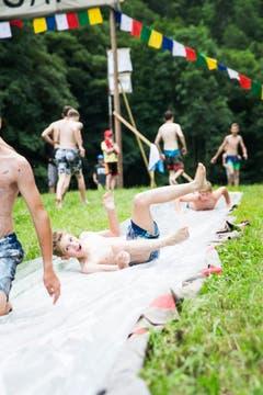Auch die Jungwacht Altishofen hat sich eine eigene Wasserrutsche gebaut. (Bild: Manuela Jans-Koch, Lungern, 11. Juli 2019)