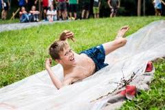 Auf der selbstgebastelten Wasserrutsche kriegt man auch den einen oder anderen Spritzer Schlamm ab. (Bild: Manuela Jans-Koch, Lungern, 11. Juli 2019)