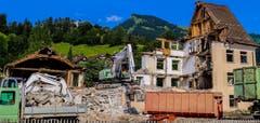 Jetzt mit freier Sicht auf den Stockberg. Abriss des Hagmann'schen Haus in Nesslau. (Bild: Renato Maciariello)