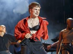 Machopose auf der Paléo-Bühne: Die französische Sängerin Héloïse Letissier von Christine and the Queens begeisterte das Publikum mit ihren energiegeladenen Tanzeinlagen. (Bild: KEYSTONE/SALVATORE DI NOLFI)
