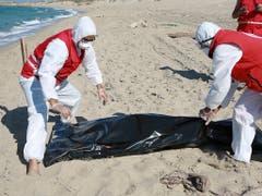 Libysche Rettungskräfte bergen eine Leiche der Bootskatastrophe in der Nähe der Stadt Khoms. (Bild: KEYSTONE/AP/HAZEM AHMED)
