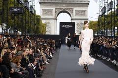 Ein Model schreitet im Rahmen der Fashion Week über einen Laufsteg. (Bild: Imago)