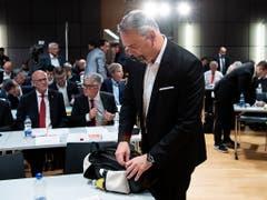 Jeff Collet verlässt am 18. Mai enttäuscht den Saal an der DV des SFV in Ittigen. Collet: «Nach der Wahl war ich nicht der fröhlichste Mensch auf der Welt.» (Bild: KEYSTONE/PETER SCHNEIDER)