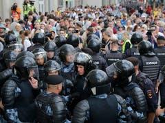 Sicherheitskräfte blockieren eine Strasse mit Teilnehmenden einer unbewilligten Kundgebung der Opposition in Moskau. (Bild: KEYSTONE/AP/ALEXANDER ZEMLIANICHENKO)