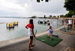 Golfbälle versenken. (Bild: Stefan Kaiser, Zug, 27. Juli 2019)
