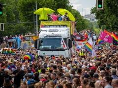 Der Christopher Street Day, die Veranstaltung für die Rechte von Schwulen, Lesben, Transmenschen und anderen sexuellen Minderheiten, stand in diesem Jahr unter dem Motto «Stonewall 50 - Jeder Aufstand beginnt mit deiner Stimme». (Bild: KEYSTONE/EPA/OMER MESSINGER)