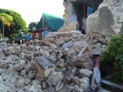 Eine Erdbebenserie hat am Samstag den äussersten Norden der Philippinen erschüttert. Mindestens acht Personen kamen dabei ums Leben. (Bild: KEYSTONE/AP/AGNES SALENGUA NICO)