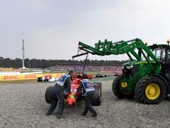 Die schlechten Erinnerungen an den letzten Grand Prix von Deutschland: Der Ferrari wird nach Sebastian Vettels Unfall abtransportiert (Bild: KEYSTONE/AP/JENS MEYER)
