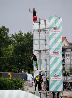 Sprung auf das riesige Luftkissen. (Bild: Stefan Kaiser, Zug, 27. Juli 2019)