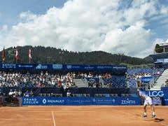 Albert Ramos (rechts beim Aufschlag) wird dank des Turniersiegs in Gstaad in den Bereich von Platz 70 der Weltrangliste vorrücken (Bild: KEYSTONE/PETER SCHNEIDER)