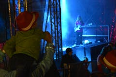 Auch die ganz Kleinen geniessen die Musik in Bütschwil. (Bild: Ruben Schönenberger)