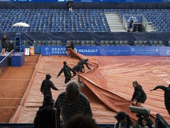 Am Finalwochenende in Gstaad hatten die Helfer insbesondere mit den Regen-Planen fiel zu tun. Der Final begann mit über vier Stunden Verspätung (Bild: KEYSTONE/PETER SCHNEIDER)