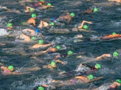 Der schnellste Schwimmer brauchte für die 1800 Meter 21 Minuten, die langsamste Schwimmerin eine Stunde und 17 Minuten. (Bild: KEYSTONE/MARTIAL TREZZINI)