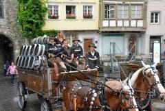 Die Einfuhr mit dem Sechsspänner. Ehrengast Martin Sewer (vorne, zweiter von links) geniesst die Fahrt trotz wenigen Besucher zu diesem verregneten Zeitpunkt. (Bilder: Christoph Heer)