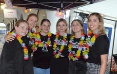 An der Mojito-Bar sorgen Handballerinnen vom KTV Wil für das Wohl der Hofchilbibesucher.
