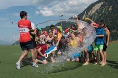 Damit weiter Unihockey gespielt werden kann, braucht es eine Wasserschlacht. (Lagerbild: Ad Astra Sarnen, Disentis, 25. Juli 2019)