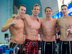 Vor allem dank Jérémy Desplanches (Zweiter von links) und auch der 4x200-m-Crawlstaffel der Männer waren es sehr erfolgreiche Weltmeisterschaften für Swiss Swimming (Bild: KEYSTONE/EPA/PATRICK B. KRAEMER)