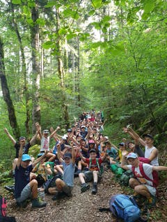 Kurz vor der Grenze zu Frankreich machen die Teilnehmer eine kurze Pause. (Lagerbild: Pfarreilager Kerns, Les Bois, 26. Juli 2019)