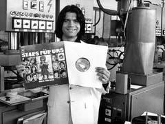 Der Schlagerstar präsentiert im Sommer 1971 eine Langspielplatte zugunsten der Welthungerhilfe, auf der einer seiner Hits zu hören ist. (Bild: KEYSTONE/DPA/Peter Becker)