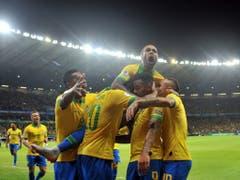 Dani Alves (oben) feiert das 1:0 von Gabriel Jesus (Bild: KEYSTONE/AP/EUGENIO SAVIO)