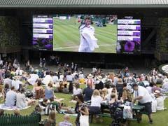 Auch die Zuschauer auf dem Henman Hill schauten mit Interesse Stan Wawrinka zu (Bild: KEYSTONE/PETER KLAUNZER)