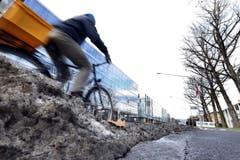 Auf Velowegen und Trottoirs bleibt oft viel Schnee liegen – das will die SP ändern.(Symbolbild: Werner Schelbert)