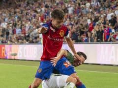 Mit Kampf zum Sieg: Basels Captain Valentin Stocker setzt sich gegen Eindhovens Nick Viergever durch (Bild: KEYSTONE/GEORGIOS KEFALAS)