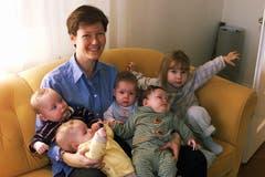 Nancy Odermatt 2002 mit ihren fünf Kindern zuhause in Emmenbrücke. (Archivbild LZ)