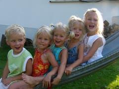 Die fünf Geschwister im Jahr 2005. Ganz rechts die ältere Schwester.