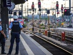 Zwei Polizisten im Frankfurter Hauptbahnhof. Dort hatte am Montag ein aus der Schweiz angereister Mann einen Knaben vor einen Zug gestossen. Das Kind starb am Tatort. (Bild: KEYSTONE/EPA/ARMANDO BABANI)