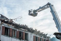 Steckborn TG - Nach dem Grossbrand in der Steckborner Altstadt sind bereits Teile von zwei der sechs betroffenen Gebäuden abgerissen. Auch einen Tag danach steigt teilweise noch Rauch auf.