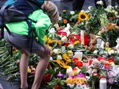 Grosse Bestürzung am Frankfurter Bahnhof: Menschen legen Blumen und Teddybären nieder für den Achtjährigen, der vor einen ICE gestossen und getötet wurde. (Bild: KEYSTONE/EPA/ARMANDO BABANI)