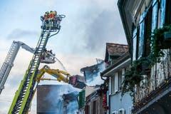 Steckborn TG - Beim Grossbrand in der Altstadt von Steckborn vom 21. Dezember 2015 wurden sechs Gebäude zerstört. Die Feuerwehren von Steckborn, Frauenfeld, Kreuzlingen und Weinfelden waren vor Ort. Nachmittags (Bild) war der Brand noch nicht vollständig gelöscht; zwei Häuser wurde mit dem Bagger teilweise abgerissen.