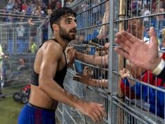 Der Torschütze des 1:0 feiert mit den Fans: Eray Cömert (Bild: KEYSTONE/GEORGIOS KEFALAS)