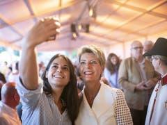 Zeit für ein Selfie: Justizministerin Karin Keller-Sutter trifft an der Bundesfeier in Rorschach SG ein. (Bild: KEYSTONE/ENNIO LEANZA)