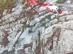 Weil das Felssturzgebiet am Axen nicht betreten werden kann, kommen Helikopter zum Einsatz. (Bild: Bundesamt für Strassen Axen)