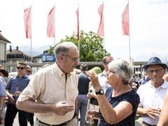 Guy Parmelin horcht den Anliegen einer Frau in Schwyz. (Bild: KEYSTONE/ALEXANDRA WEY)