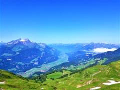 Eine hübsche Aussicht hat man von der Planplatten in Hasliberg in Richtung Brienzersee. (Bild: Urs Gutfleisch, 4. Juli 2019)