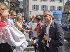 Ankunft in Uri: Bundesrat Ignazio Cassis schüttelt Hände in Altdorf. (Bild: KEYSTONE/URS FLUEELER)