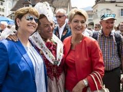 Die beiden Bundesrätinnen Viola Amherd und Karin Keller-Sutter gehen auf Tuchfühlung mit der Bevölkerung in Schwyz. (Bild: KEYSTONE/ALEXANDRA WEY)