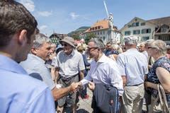 Bundesrat Ignazio Cassis, mitte, anlaesslich des Apero mit der Bevoelkerung des Kanton Nidwalden, waehrend einer Bundesratsreise in die Zentralschweiz, am Freitag, 5. Juli 2019, in Stans. (KEYSTONE/Urs Flueeler)