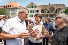 Simonetta Sommaruga trifft in Stans auf ihre ehemaligen Schulkameraden Joseph Bachmann und Emil Wallimann. (Bild: Christian H. Hildebrand, Stans, 5. Juli 2019)