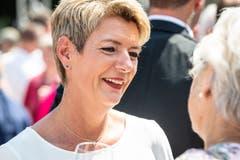 Karin Keller-Sutter gibt sich gut gelaunt. (Bild: Christian H. Hildebrand, Stans, 5. Juli 2019)