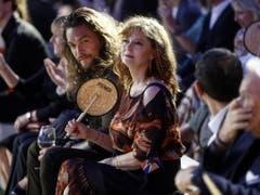 Unter den Gästen der Fendi-Show in Rom für Karl Lagerfeld waren auch die US-Schauspielerin Susan Sarandon (rechts) und ihre Kollege Jason Momoa. (Bild: KEYSTONE/EPA ANSA/RICCARDO ANTIMIANI)