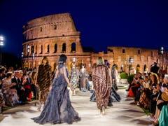 Eine magische Nacht für den verstorbenen Modeschöpfer Karl Lagerfeld vor spektakulärer Kulisse in Rom. (Bild: KEYSTONE/AP/DOMENICO STINELLIS)