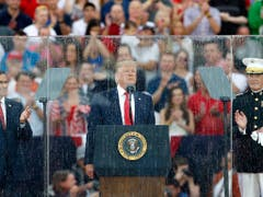 US-Präsident Donald Trump während seiner Rede in Washington zum Unabhängigkeitstag. (Bild: KEYSTONE/AP/ALEX BRANDON)